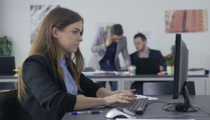 मोबाईल, कॉम्प्यूटरच्या अतिवापरामुळे डोळ्यांच्या आजारात वाढ; वाचा यावरील उपाय