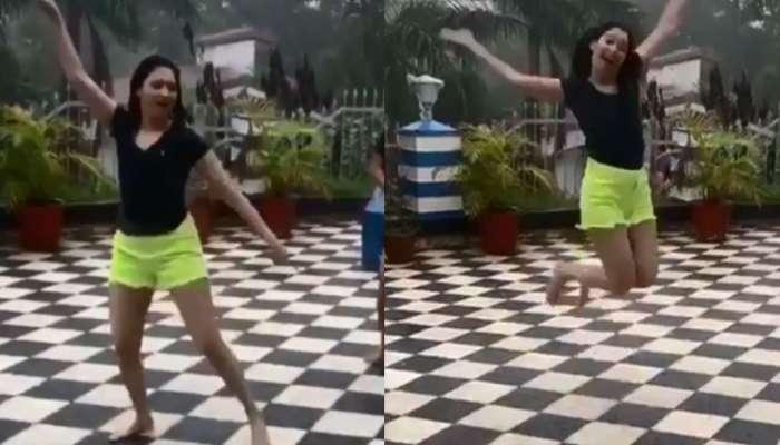 व्हिडिओ : लहान मुलाप्रमाणे नाचत तमन्नानं घेतला पावसाचा आनंद