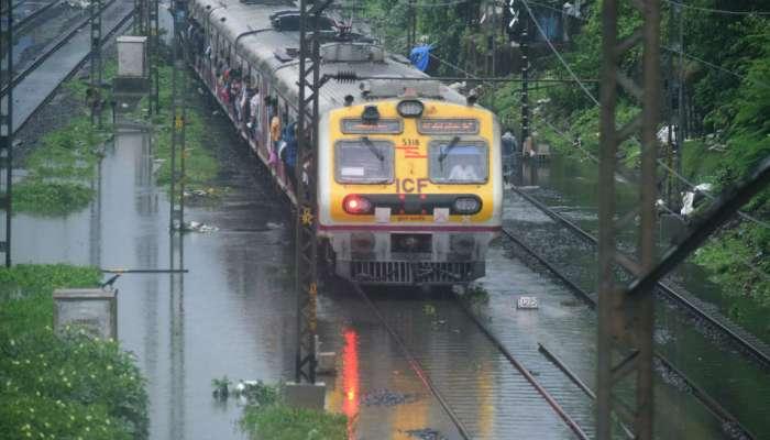 #MumbaiRains : मध्य रेल्वेची वाहतूक हळुहळू पूर्वपदावर