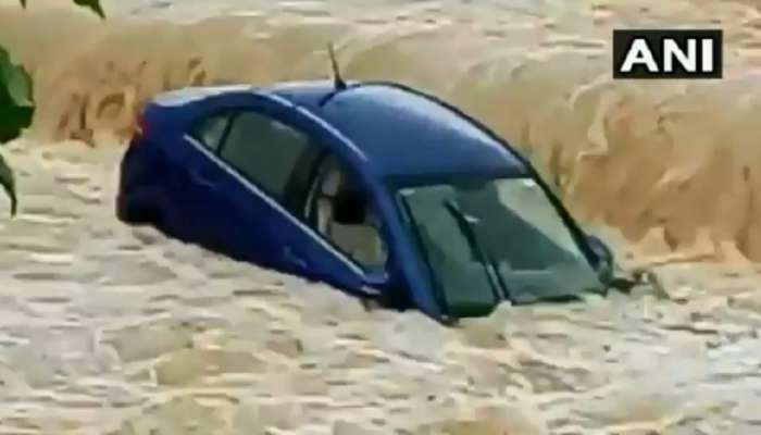 मुसळधार पाऊस : नदीनाल्यांना पूर, गाड्या गेल्या वाहून