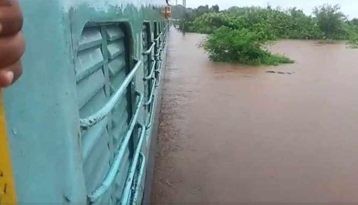 रेल्वेमार्गावर पाणी; कल्याण ते कर्जत, पुणे वाहतूक ठप्पच