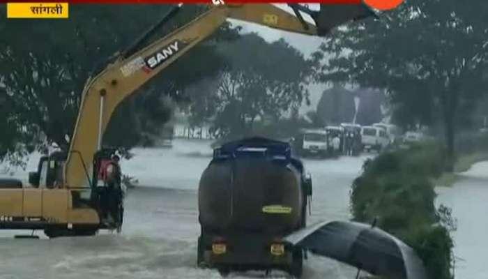Sangli_Diesel_Tanker_Travel_Over_Bridge_In_Flood_Situation_Update_At_09_AM
