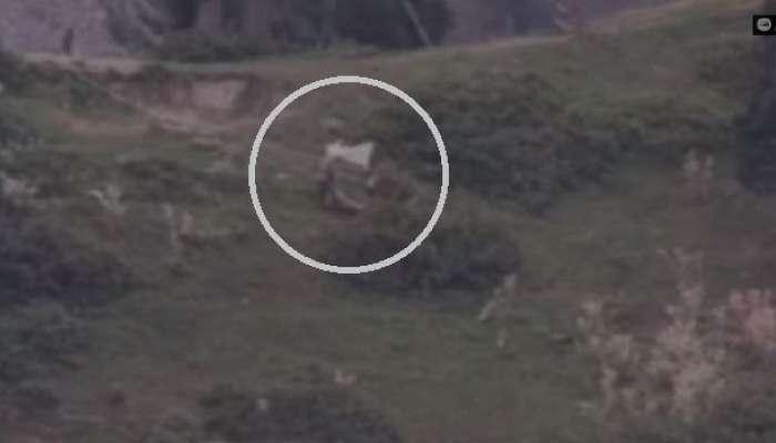 भारतीय लष्कराने दोन सैनिक केले ठार, मृतदेह घेताना पाक आर्मीने दाखवला पांढरा झेंडा