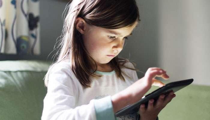 पालकांनो लहानमुलांना स्मार्टफोनपासून दूर ठेवा नाही तर...