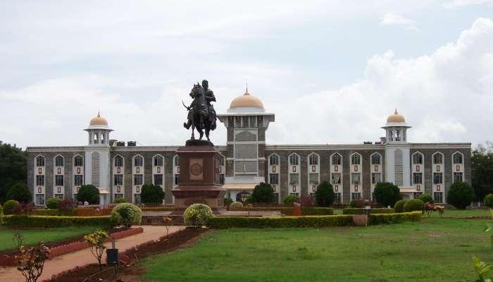 कोल्हापूर विद्यापीठाचा नामविस्तार करावा; मुख्यमंत्र्यांची राज्यपालांकडे विनंती