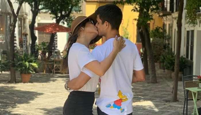 अभिनेत्रीचं भर रस्त्यात पतीला KISS