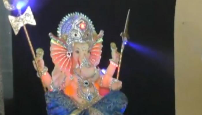 Ganeshotsav 2020 : पाहा भक्तांना सॅनिटाईज करणारा बाप्पा
