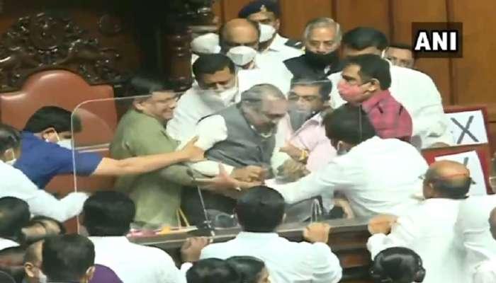कर्नाटक विधानपरिषदेत गोंधळ, काँग्रेस आमदारांनी उपसभापतींना खुर्चीवरुन खाली खेचले