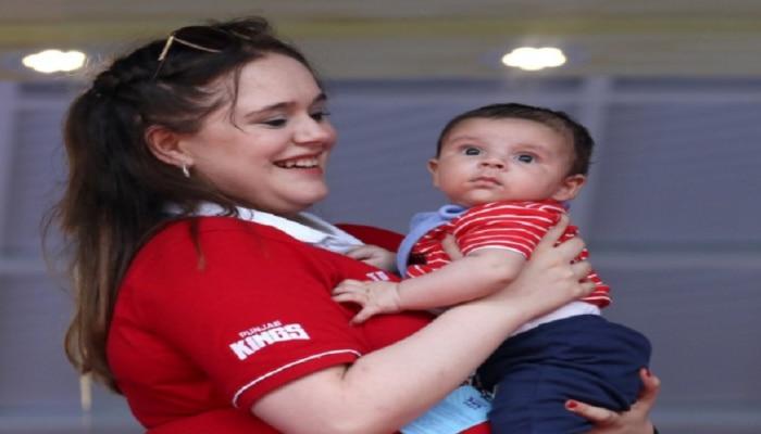 IPL 2021: स्टेडियममधील पंजाब किंग्जच्या कपड्यातील ही स्त्री आणि गोंडस बाळ कोण? सोशल मीडियावर फोटो व्हायरल