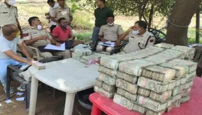 कारच्या सीटखाली लपवले तब्बल 4 कोटी रुपयांची कॅश; पोलिसांची गुजरात बॉर्डवर कारवाई