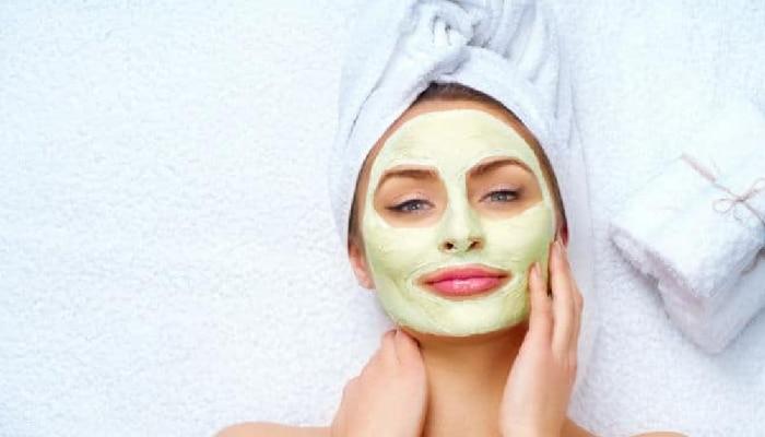 Remove black spots: चेहऱ्यावरील डाग काढण्यासाठी स्वयंपाकघरातील या गोष्टी करतील मदत