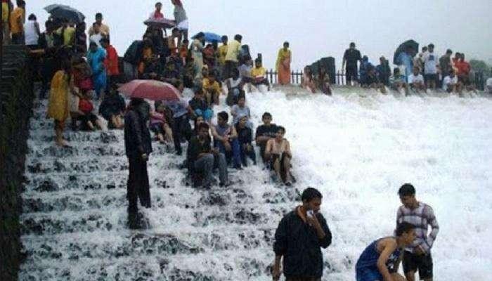 लोणावळ्यात पर्यटकांची गर्दी, पोलिसांनी भुशी धरणावरुन पर्यटकांना हुसकावून लावले