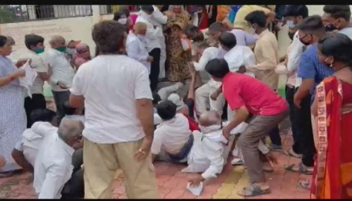 VIDEO : औरंगाबादच्या लसीकरण केंद्रावर चेंगराचेंगरी! गर्दीमुळे कोरोनाचा धोका