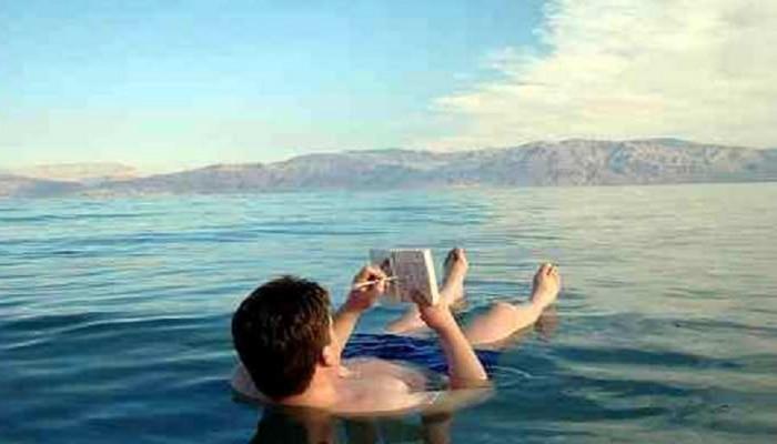 काय सांगताय! समुद्राचं नावच Dead Sea, पण यात कोणीच बुडत नाही
