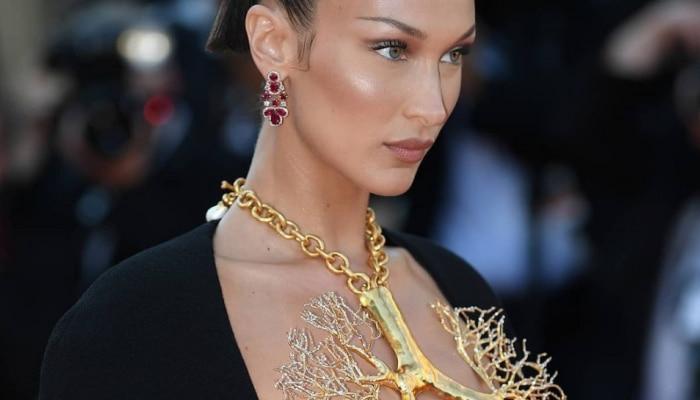 मॉडेलच्या गोल्डन नेकलेसनं वेधलं लक्ष, ड्रेसचा डीप गळा सोन्याने झाकला