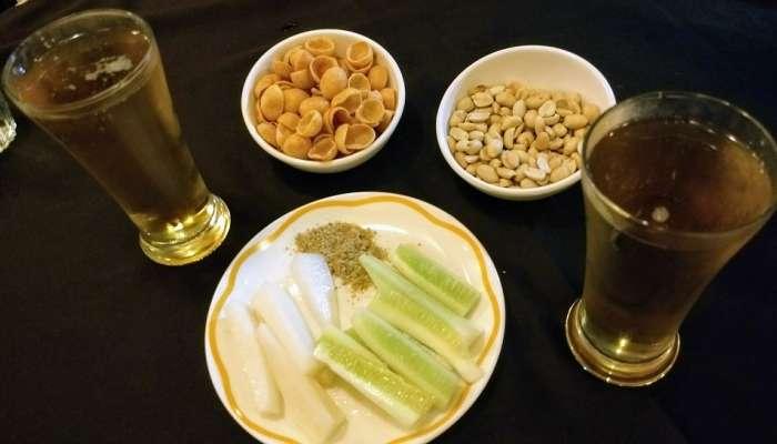 Alcohol   दारूसोबत चुकूनही खाऊ नये या गोष्टी; आरोग्यासाठी ठरू शकतात अत्यंत घातक