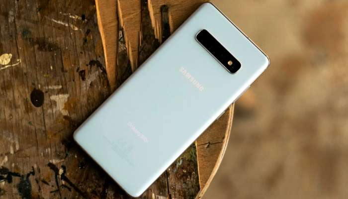 Samsungचा जबरदस्त मोबाईल, कॅमेरा आपोआप फिरणार, फोटोचा नाद करायचा नाय!