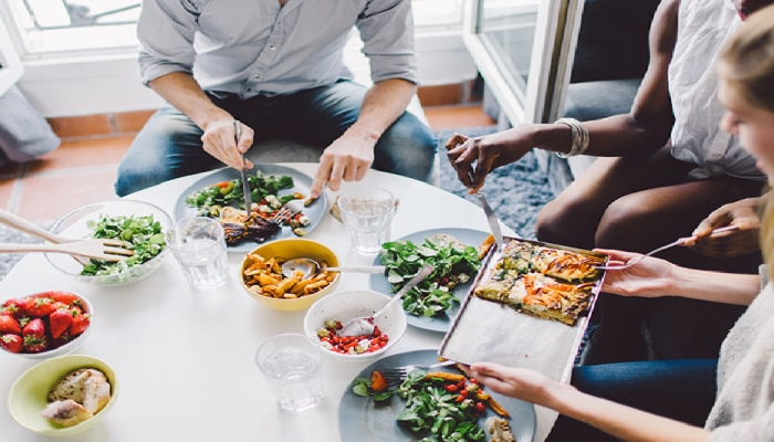 खाताना 99 टक्के लोकं करतात या चुका; चुकांमुळे आरोग्याचं होतंय नुकसान
