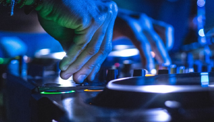 """DJ वाल्यामुळे या मुलींची अशी फजिती... आता या """"डीजे वाले बाबू मेरा गाना चला दो"""" असं कधीही म्हणणार नाही"""