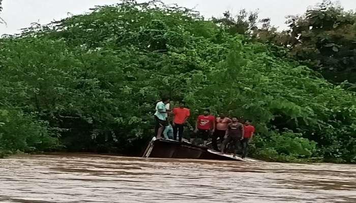 धक्कादायक! पुराच्या पाण्यात वाहूून गेली एसटी, नजरेसमोर होत्याचं झालं नव्हतं : VIDEO